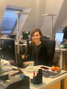 Alicia bei der Arbeit an ihrem Schreibtisch bei InstaFreight